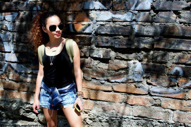 simple unos jeans, una blusa basica y el toque una leñadora o camisa de cuadros que no pasa de moda y es un must have